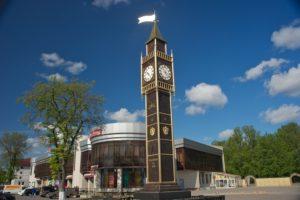 Kelton keskustan ostoskeskus, jossa on myös elokuvateatteri ja keilahalli sekä Big Ben-tyylinen kellotorni.