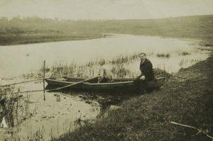 Kalastaja Inkere-joella noin 1930-luvulla