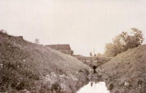 Joki Kippolan kylässä. SIltarumpu toimi sodan aikana pommisuojana.
