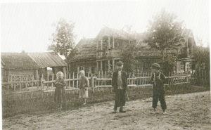 Lapsia tiellä Ahikonnussa