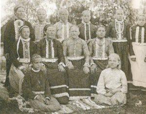 Perinneasuihin pukeutuneita savakkonaisia Markkovassa.