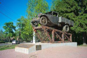 Elämäntie, jonka kautta toimitettiin elintarvikkeita Leningradin piirtyksen aikana kulkee Rääpyvän läpi. Kuorma-auto on muistomerkkinä tien alkupäässä.