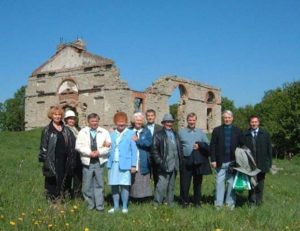 Inkeriläiskirjailijoiden seminaariin osallistuneet Ropsun kirkon raunioilla vuonna 2002