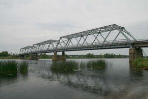 Ust-Lugan sataman silta. Suursatama on suuri uhka jäljellä olevalle vatjalaiskulttuurille. 30 000 asukkaan kaupunki leviää vatjalaiskylien yli.