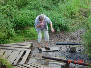 Tipunan tsasounan nurkalla oli ihmeitä tekevää vettä pulppuava lähde. Sinne tuli ihmisiä tonkkineen hakemaan raikasta vettä.
