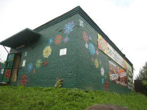 Mäkiinkylän kaupan seinässä oleva Larin Parasken muistolaatta.