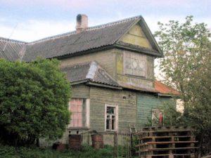 """Vanhat talot väistyvät vähitellen Kolpinan kylästä uusien omakotitalojen tieltä. """"Suomalaisena"""" pidetyssä Kolpinassa asuu enää vain muutama inkerinsuomalaisperhe."""